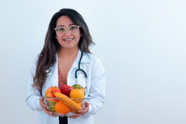 nutritionniste femme avec bol de fruits